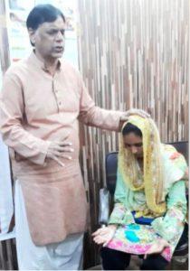 Waseem praying with Marilyn