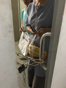 Minister Wu's door chained